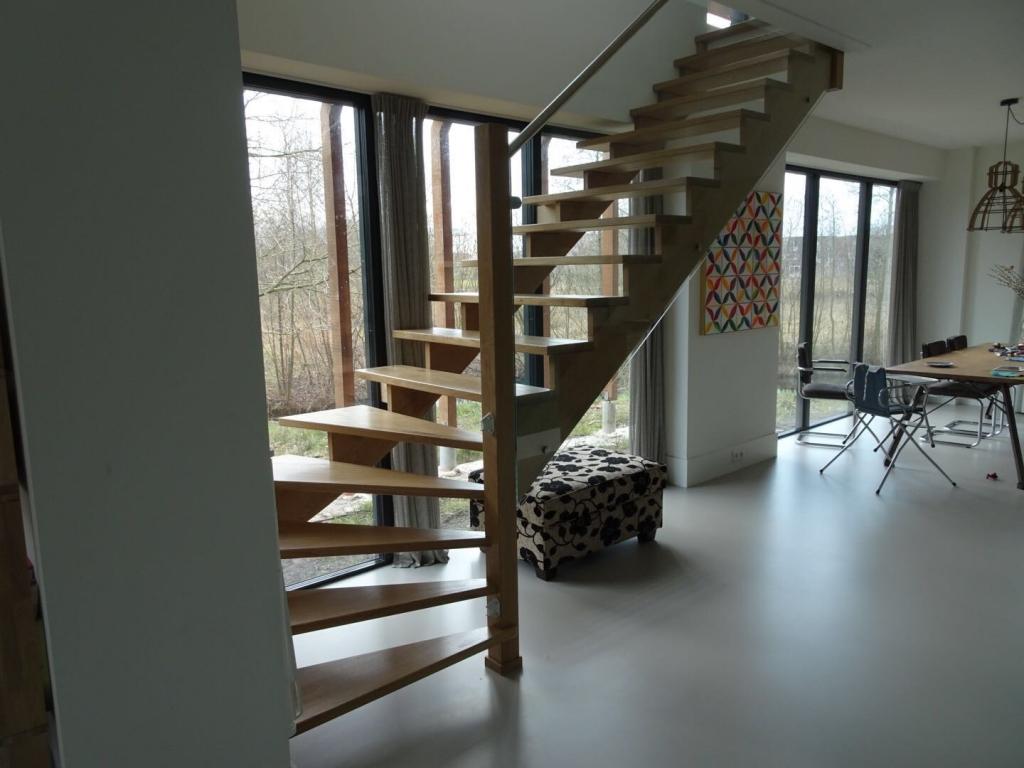 Eiken open trap met glazen paneel en rvs leuning for Trap maken bereken
