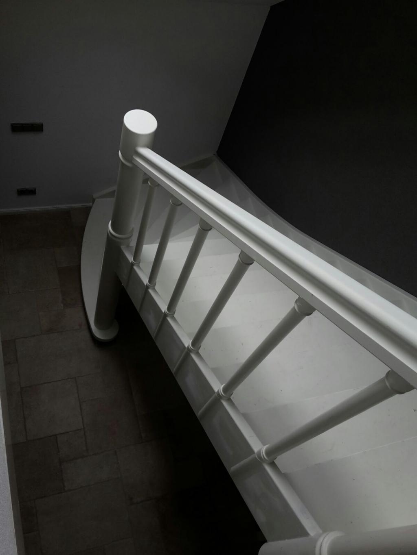 Beuken wit gegronde trap met draaiwerk for Trap hout wit