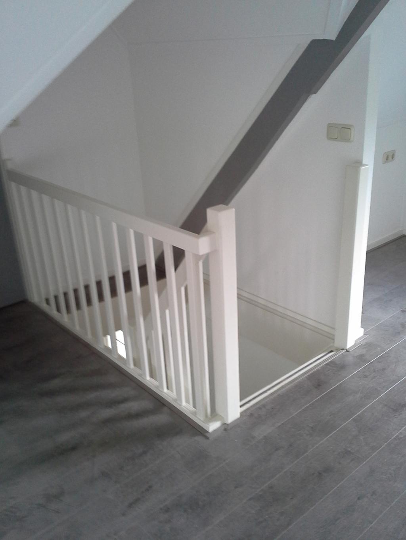 Dichte witte trap met eiken treden gemonteerd in ursem design for Dichte trap maken