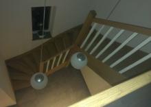 Eiken trap met witte balusters for Trap maken bereken